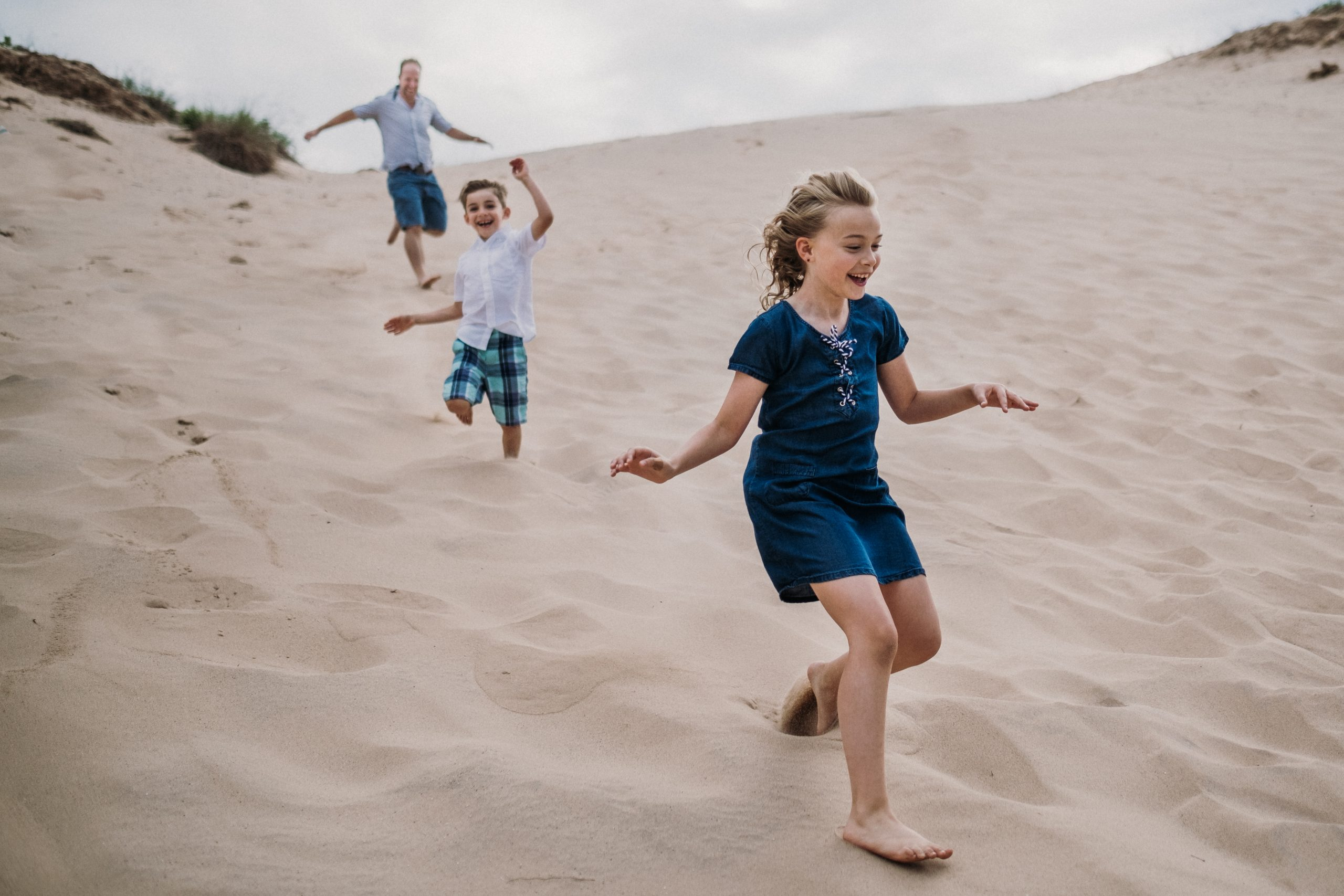 parents chasing kids at family adventure session